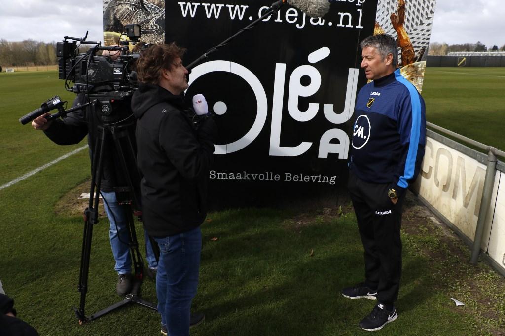 Ruud Brood staat de pers te woord op zijn eerste werkdag als hoofdtrainer van NAC. Foto: Wijnand Nijs © BredaVandaag