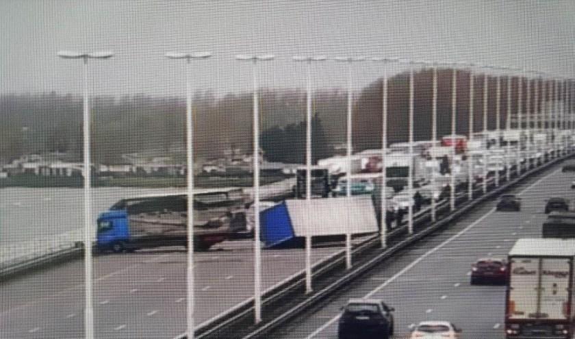 De Moerdijkbrug raakte door het ongeval compleet geblokkeerd.