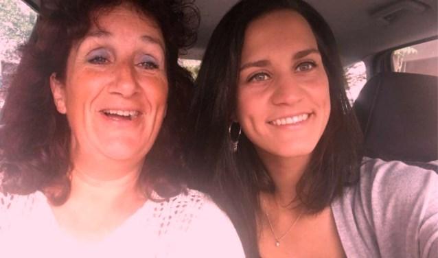 Daniëlla Oomen-van de Kar en dochter Danique werken beide in de zorg.