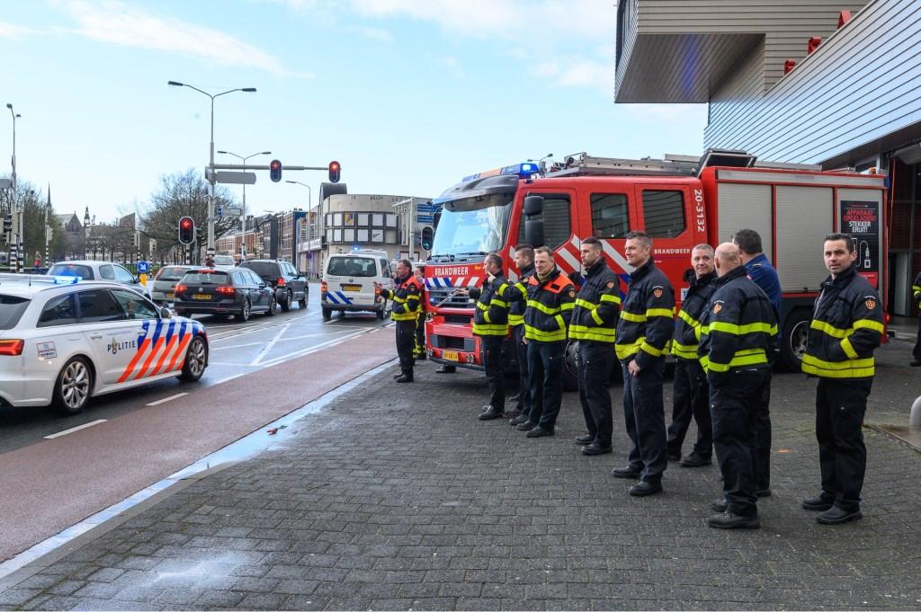 De brandweer doet de politie uitgeleide op de Tramsingel.