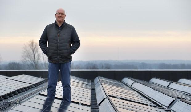 Henry Martens, eigenaar van Breepark, tussen de zonnepanelen op het dak van de evenementenhal.