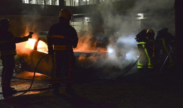 Twee auto's gingen verloren door een brand die vermoedelijk is aangestoken.