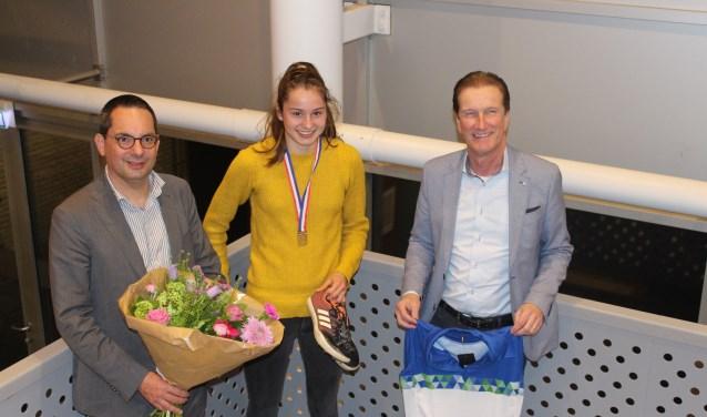 Meike Verdaasdonk werd door de burgemeester en wethouder in de bloemetjes gezet FOTO: JOSÉ VAN DER WEGEN