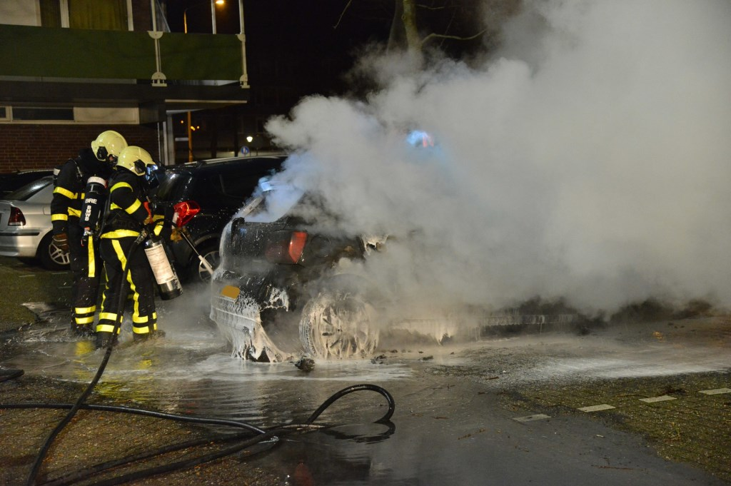 Twee auto's gingen verloren door een brand die vermoedelijk is aangestoken. Foto: Perry Roovers / SQ Vision © BredaVandaag