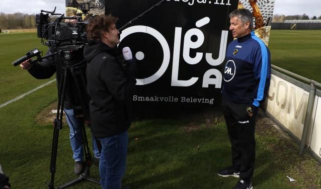 Ruud Brood staat de pers te woord op zijn eerste werkdag als hoofdtrainer van NAC. Later deze week verwacht NAC ook een nieuwe directie te kunnen presenteren.