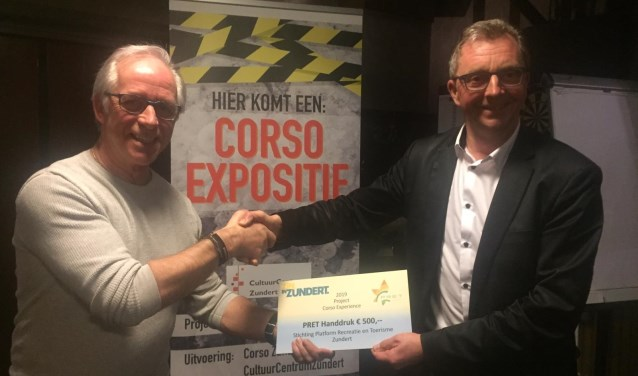 Wethouder de Beer reikt PRET Handdruk uit voor Corso Experience.