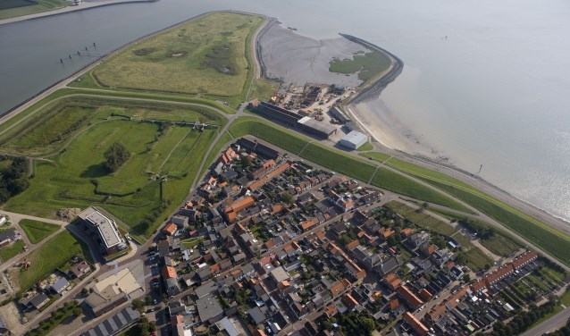 Hansweert ligt vlak achter de dijk.