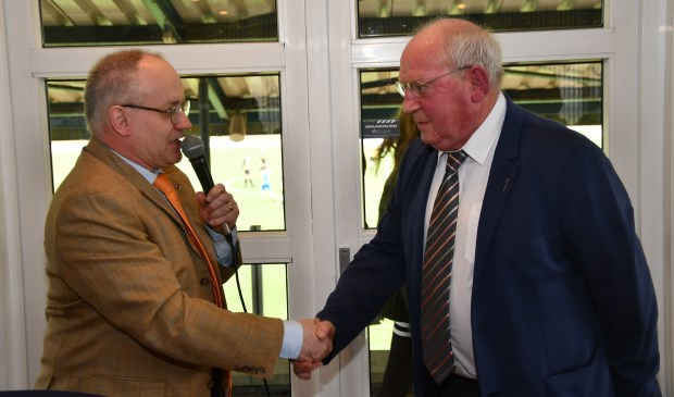 Wim van der Bemt (72) krijgt de gouden KNVB speld opgespeld.