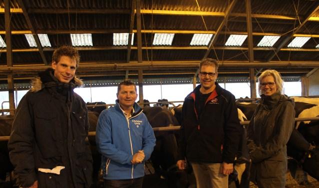 Hermen Vreugdenhil (tweede van links), samen met Ate van der Hoeven, op bezoek bij Melkveehouderij de Jong in Dinteloord.