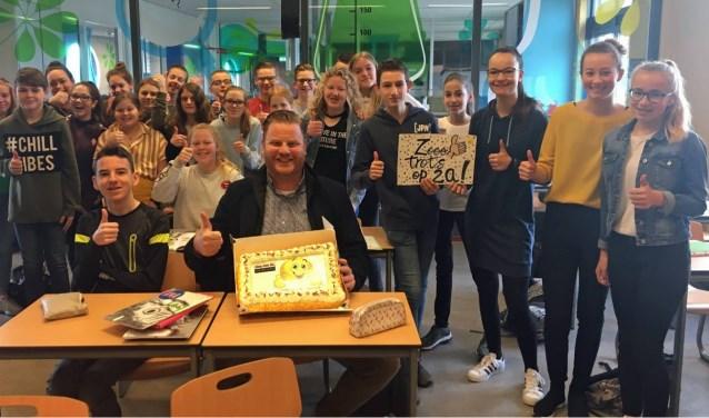 Leerlingen van Prinsentuin Oudenbosch, klas 2a, hebben het minste ongeoorloofde verzuim. Dat werd beloond met taart. FOTO SONJA KUIPER