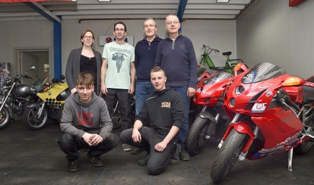 De nieuwe eigenaar Kees Ridderhof (in t-shirt) met zijn team van Motorini. FOTO BENNIE KRAJENBRINK