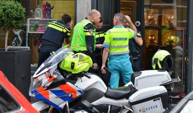Politie en andere hulpverleners bij House of Pertijs in de Parkstraat na de gewapende overval op woensdag 6 maart.