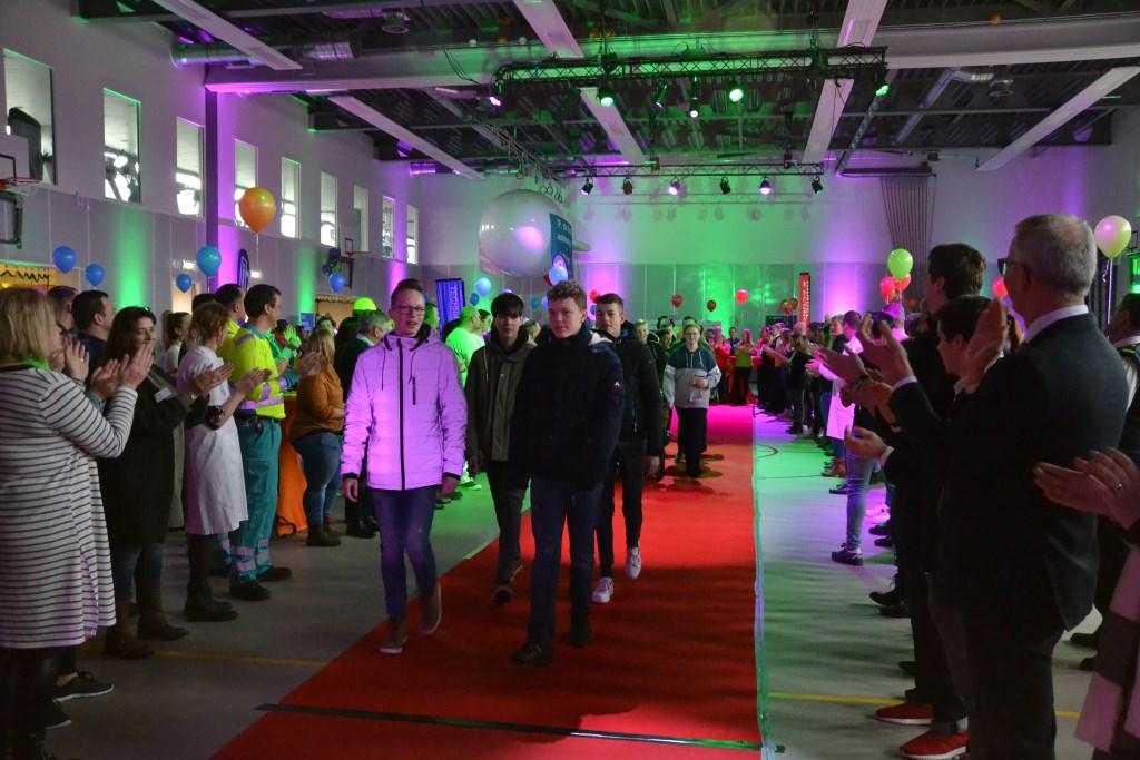 De scholieren werden met luid applaus onthaald Foto: Remko Vermunt © Internetbode