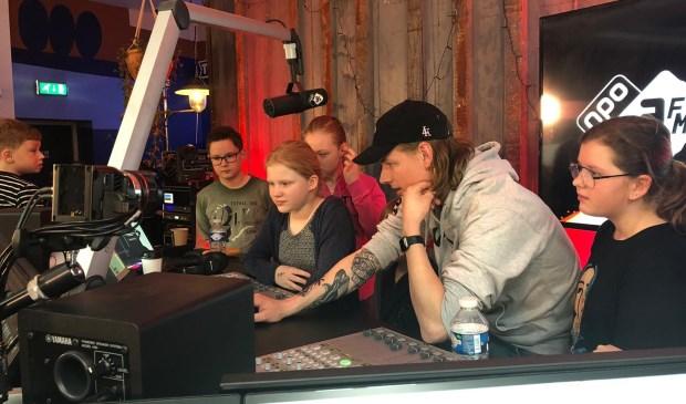3FM-dj Sander Hoogendoorn leert kinderen de kneepjes van het radiovak