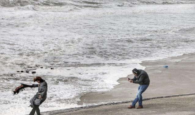 Een mooi plaatje van de storm maken was zondag niet makkelijk. Dat maakt deze foto van Ricardo Kievit duidelijk. FOTO RK FOROGRAFIE