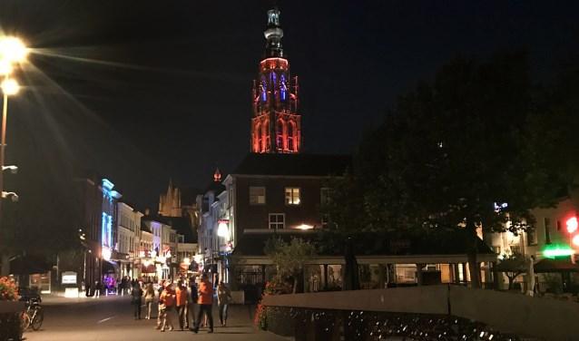 De Grote Kerk kan weer oranje kleuren.