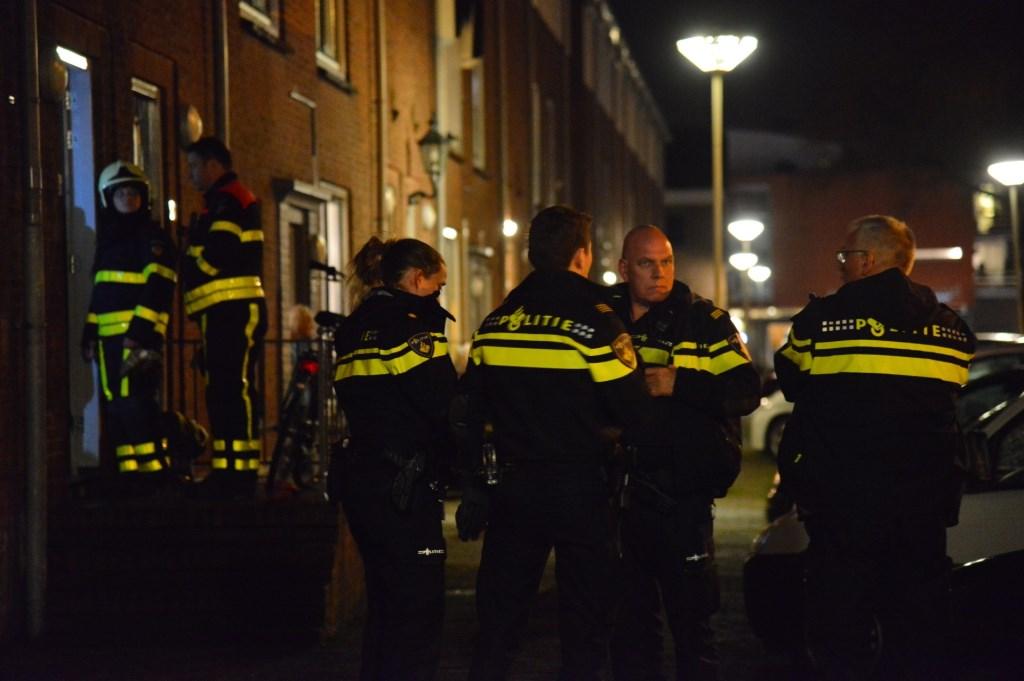 Politie en andere hulpverleners bij de woning in de Dr Struijckenstraat. Foto: Perry Roovers/SQ Vision © BredaVandaag