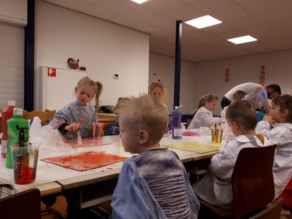 Beau en haar klasgenootjes beschilderen allemaal hun eigen paneel.