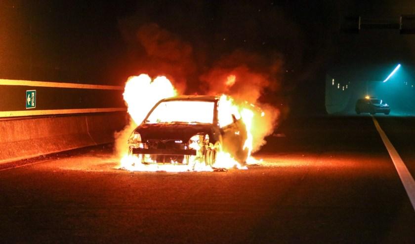 De auto is volledig uitgebrand.