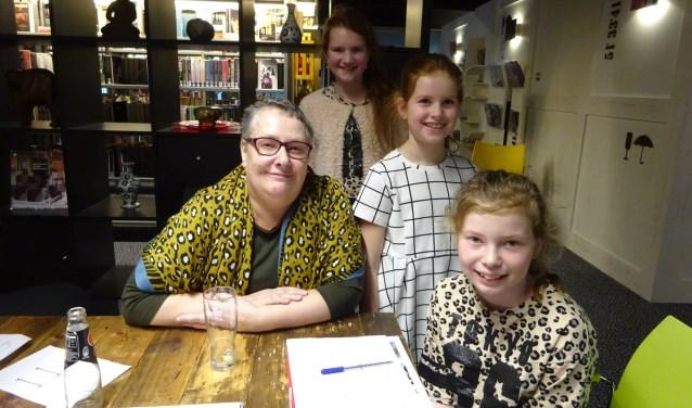 ICT-er Jeanka vertelt over haar werk aan Brecht, Heike en Sara. FOTO MARIELJA TEN BRUGGENCATE