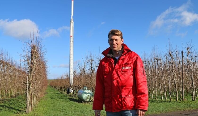 Martijn Vogelaar bij de windmachine die Vogelaar Fruitcultures al gebruikt.