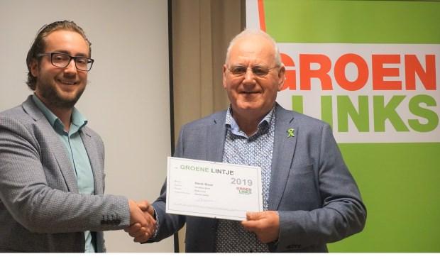 Dennis Aerts (links) reikte het Groene Lintje en bijbehorende oorkonde uit aan Henk Boot.