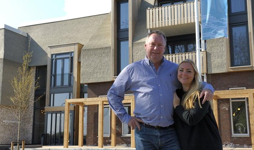 Vader en dochter Michel en Laura Kloeg bij hun spiksplinternieuwe hotel met restaurant.