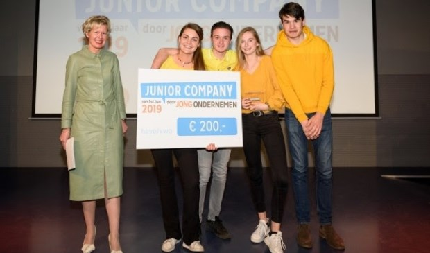 The B-bar is Junior Company van het Jaar 2019 in de categorie havo/vwo. V.l.n.r. Juryvoorzitter Elske Doets, Juliette Oomen, Marnix Sweegers, Maryse Kiewiet en Ties van Helvoort