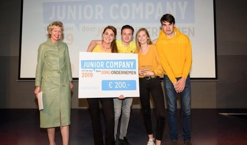 The B-bar is Junior Company van het Jaar 2019 in de categorie havo/vwo. V.l.n.r. Juryvoorzitter Elske Doets, Juliette Oomen, Marnix Sweegers, Maryse Kiewiet en Ties van Helvoort