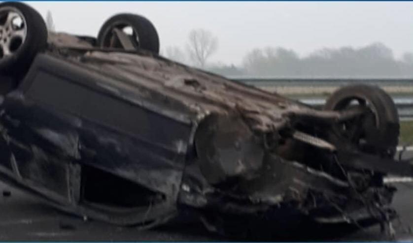 De auto belandde op zijn kop.