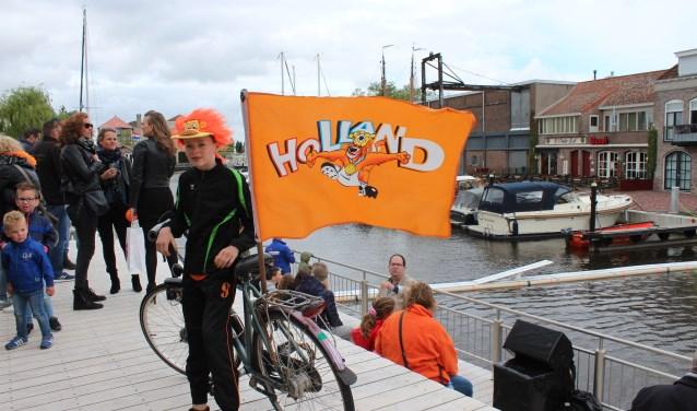 Hero Veraart (12) bij zijn Koningsdagfiets met Hollandse vlag.
