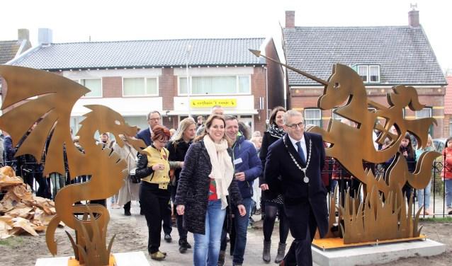 Burgemeester Ruud van den Belt, vormgeefster Marly Mulders en smid Frank Bogers betreden als eersten het nieuwe Sint Jorispad.