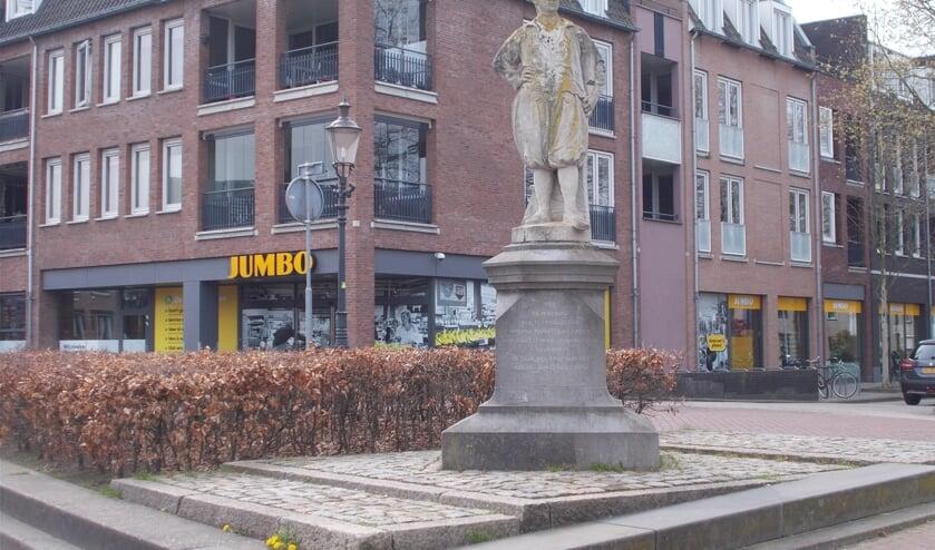 Het beeld van Adriaan van Bergen kan een schoonmaakbeurt gebruiken.