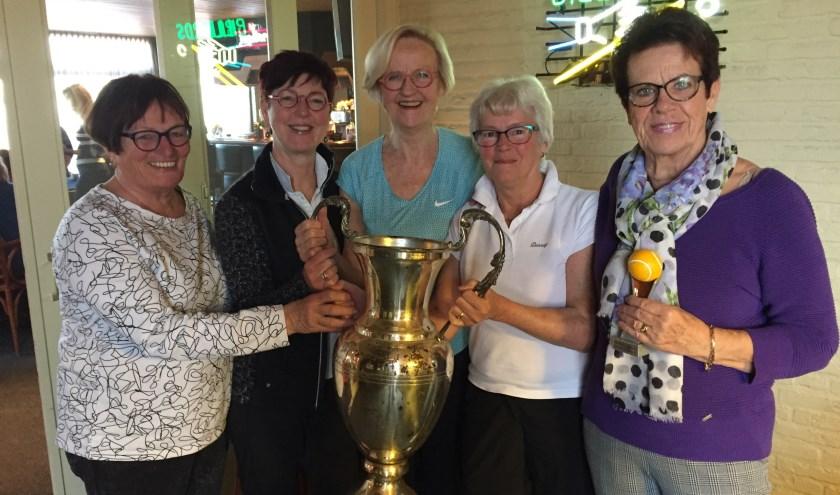 De winnende Vlammers poseren even voor de fotograaf met de cup. FOTO ROBERT V. GILS