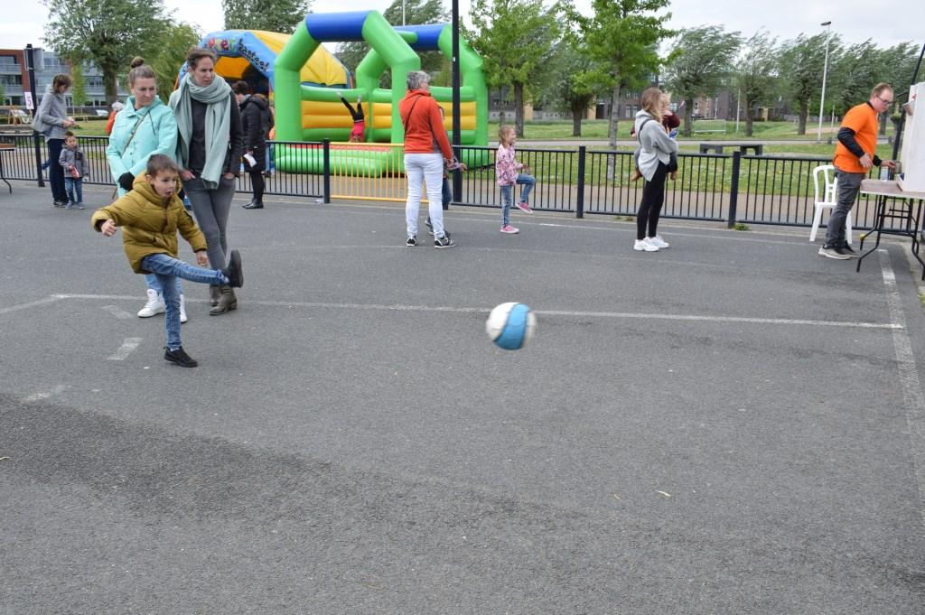 Spelletjes doen op het kinderplein in het Schoenmakerspark. FOTO STELLA MARIJNISSEN  © Internetbode