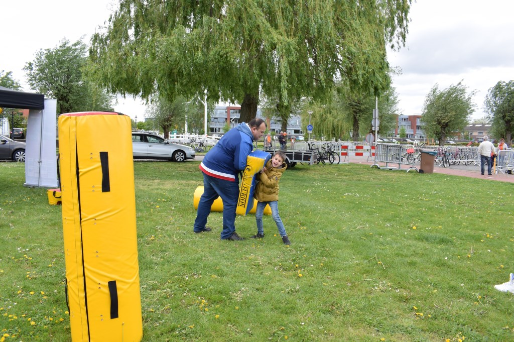 Even tackelen in Schoenmakerspark. FOTO STELLA MARIJNISSEN  © Internetbode