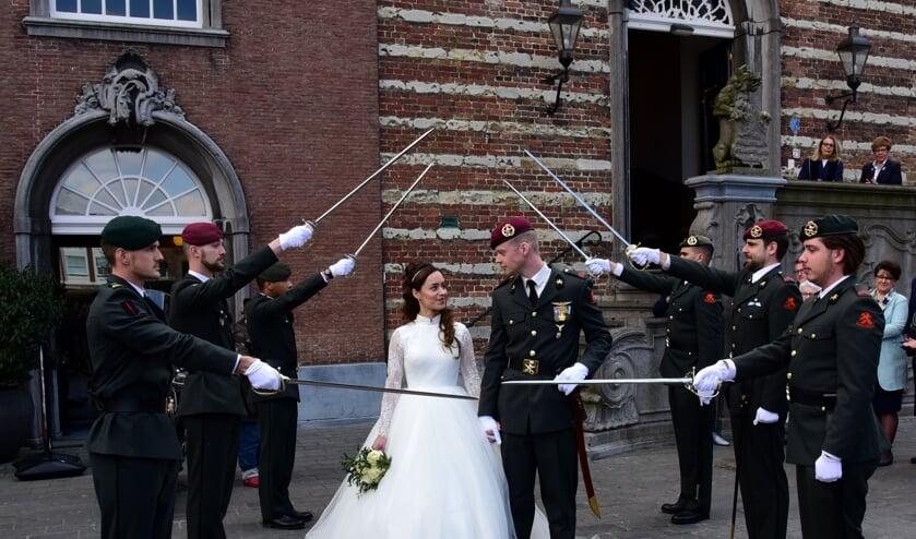 Een heuse sabelwacht bij de bruiloft van Dineke en Jeroen.