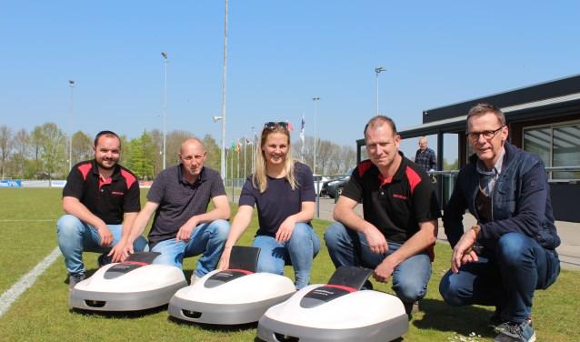 Drie robotmaaiers worden als pilot ingezet op een veld van VV Prinsenland in Dinteloord