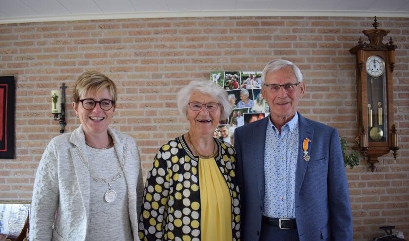 Burgemeester Miranda de Vries kwam het diamanten paar uiteraard feliciteren. FOTO STELLA MARIJNISSEN