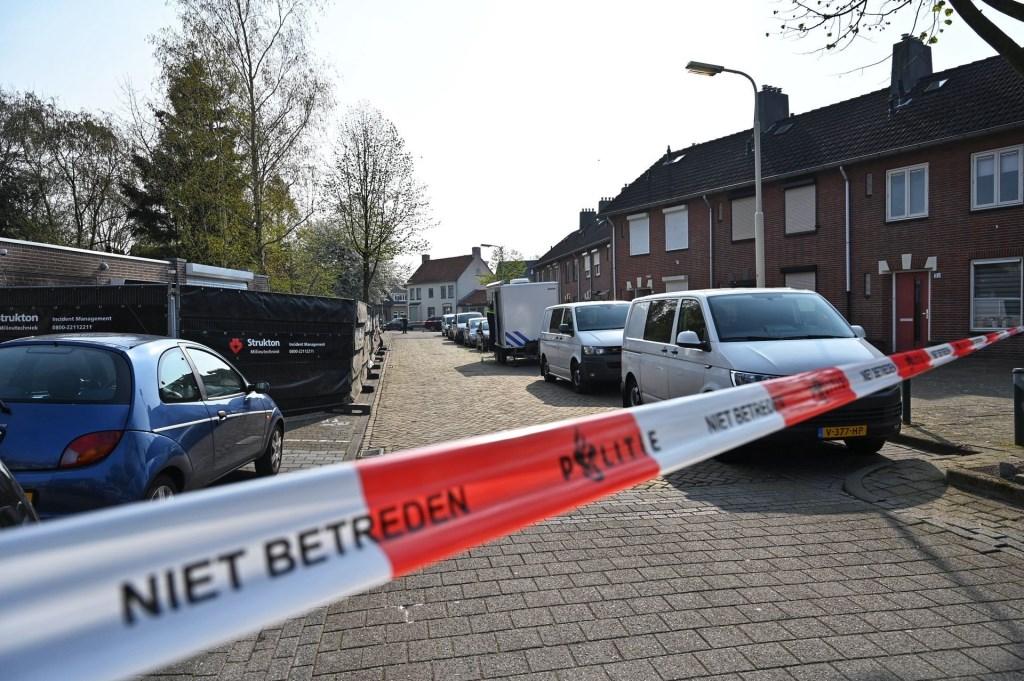 De politie heeft de garageboxen en de straat afgezet.  © BredaVandaag
