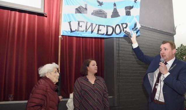 Burgemeester Gerben Dijksterhuis van Borsele opent het jubileumjaar van Lewedorp.