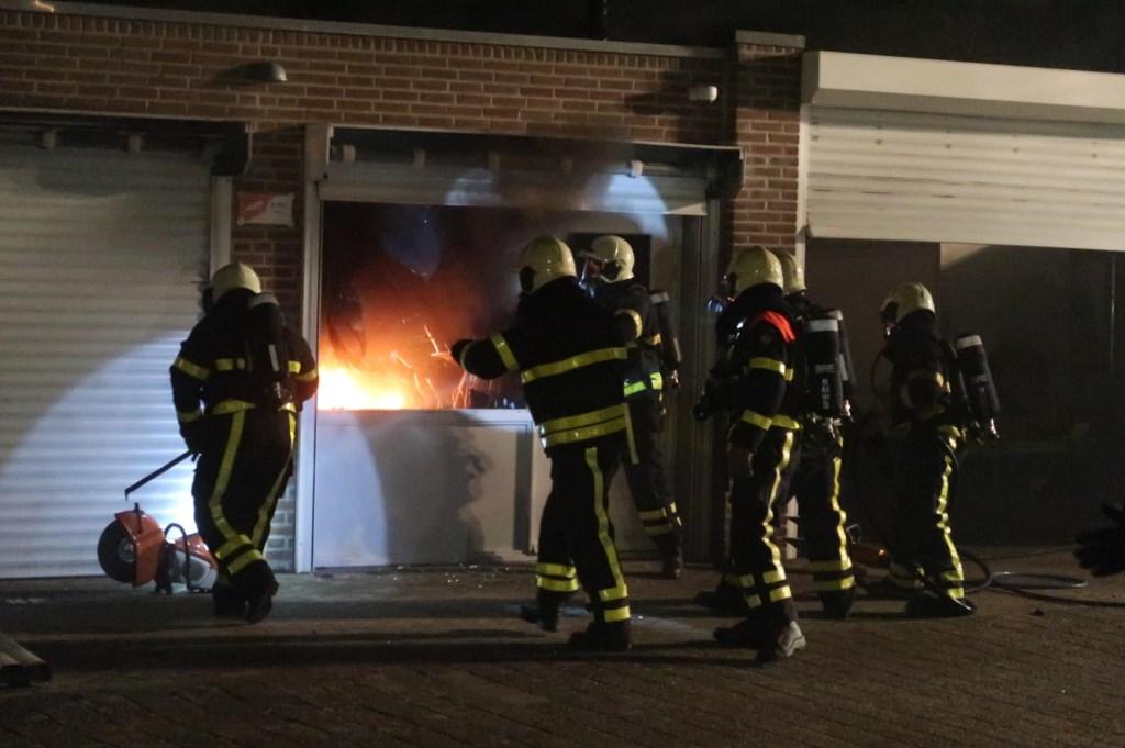 De brandweer breekt de garage open. Foto: Perry Roovers / SQ Vision © BredaVandaag