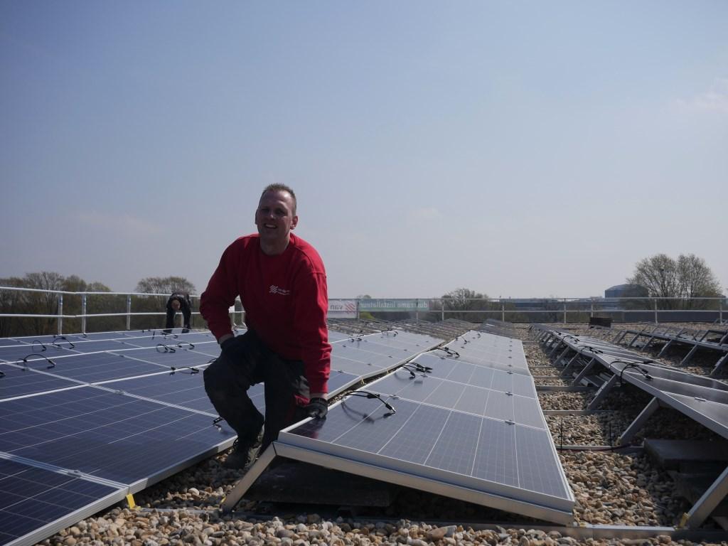 Op het dak van het Stadskantoor aan de Claudius Prinsenlaan zijn nog eens 420 zonnepanelen gemonteerd. Foto: Wesley van der Linde/groennieuws.nl © BredaVandaag