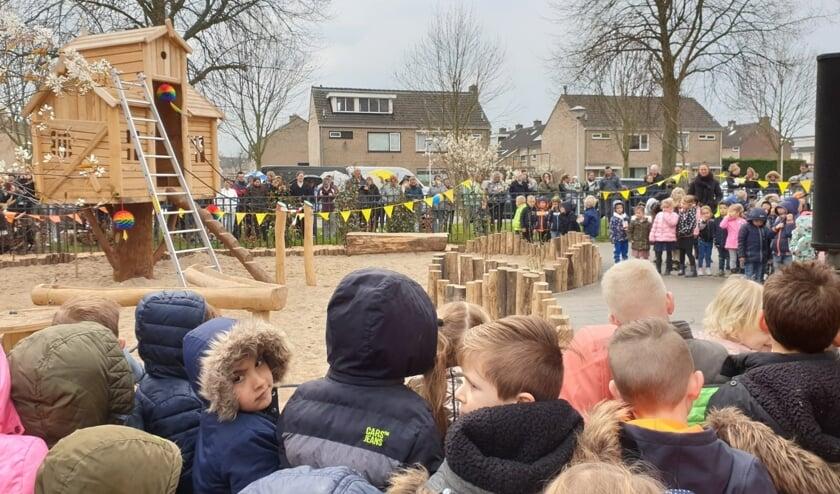 Onder grote belangstelling werd het nieuwe plein feestelijk geopend!