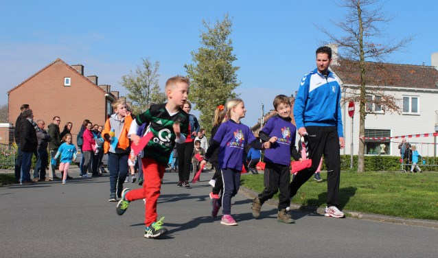 Zacht lopende en fanatiek hard lopende kinderen uit groep 3 en 4 zetten hun beste beentje voor.