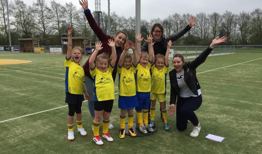 F2 voor de laatste keer samen vlnr: Delilah, Fay, Debbie (coach), Yfke, Sten, Evi, Annemiek (coach) en Anne (coach).