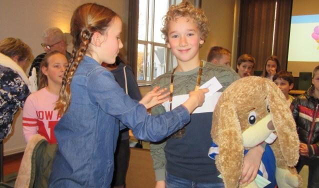 De vorige kinderburgemeester Lara hangt de ambtsketen om bij haar opvolger Hessel.