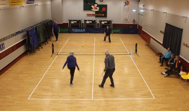 Dynamic tennis speel je met een lichte bal en een licht racket.