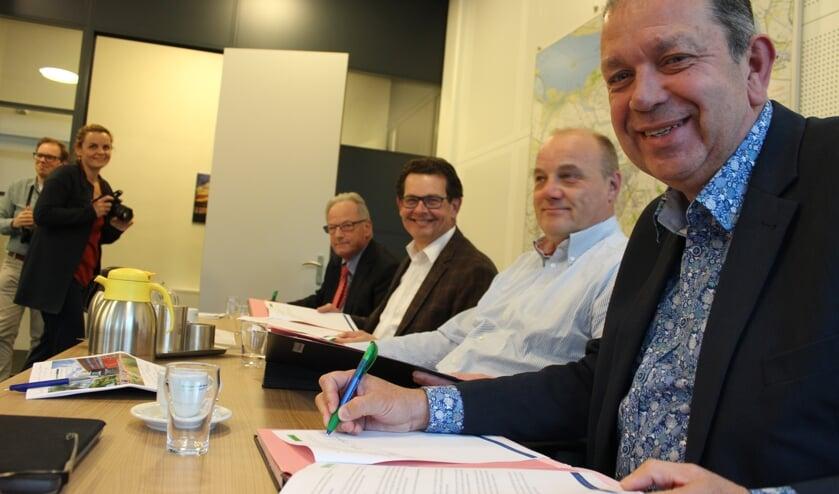Het nieuwe coalitieakkoord Aan de slag! 2019-2022 wordt ondertekend door Volkspartij, Gewoon Lokaal! en CDA