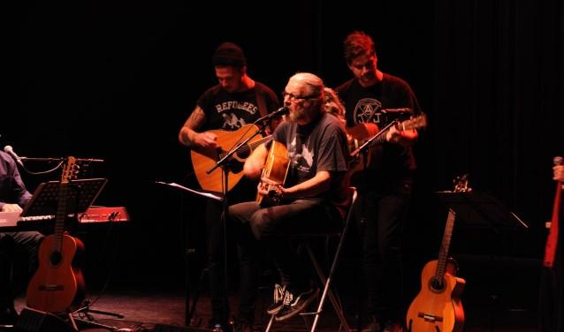 Theo van Teijlingen met zijn zoons Benjamin en Christoffer op het podium. FOTO THEO VAN TEIJLINGEN